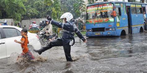 katulampa siaga  banjir  jakarta pukul  wib