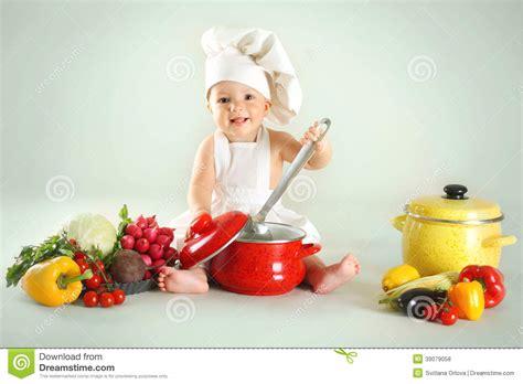 imagenes niños cocinando beb 233 que lleva un sombrero del cocinero con las verduras y