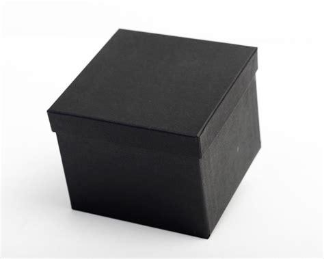 nägel schwarz matt schwarze geschenkkartonagen