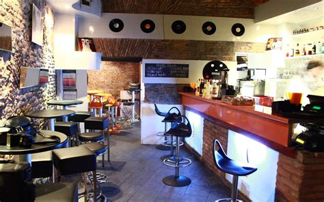 aprire una libreria costi aprire caffetteria donna mano mescolare tazza di caff e
