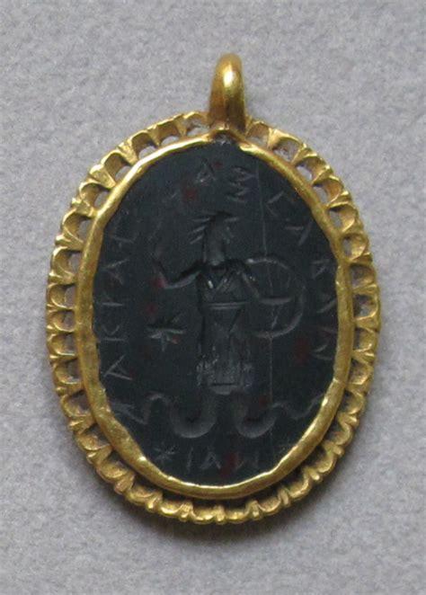 testa di gallo file arte romana amuleto con dio aguipede e testa di