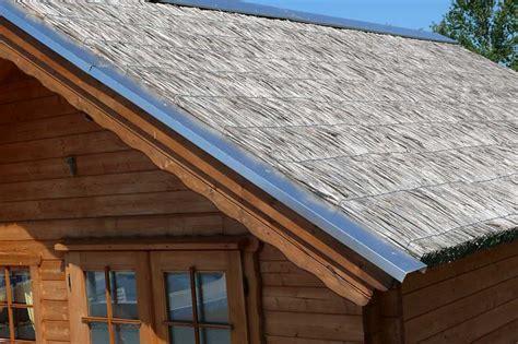 schilfdach decken gartenhaus mit reetdach