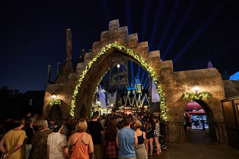 strobeing icicle lights at universal studios christmas decorations harry potter fans can spend at hogwarts