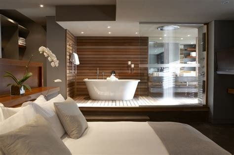 slaapkamer inrichten hout badkamer in de slaapkamer met verhoogde vloer in hout
