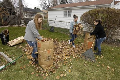Backyard For Seniors Dist 214 Program Lets Students Help Seniors