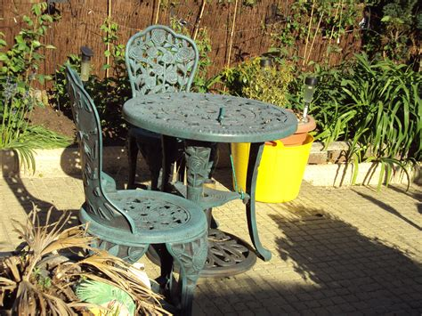 File:Garden chairs and table, Birkenhead   DSC09774
