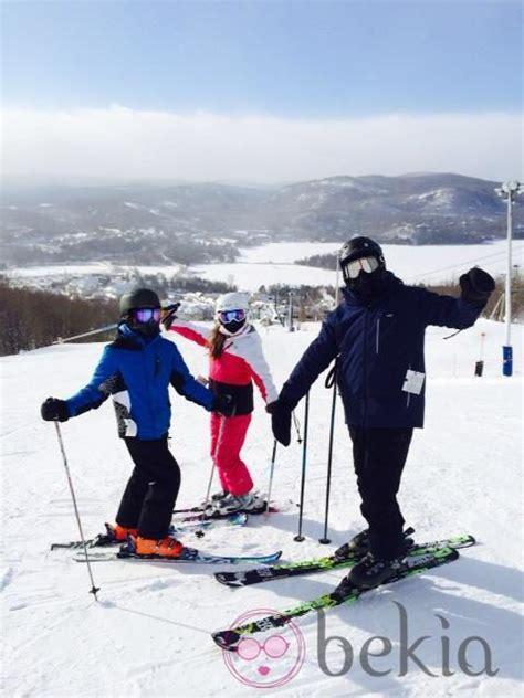 actor en canada michael douglas esquiando con sus hijos dylan y carys en