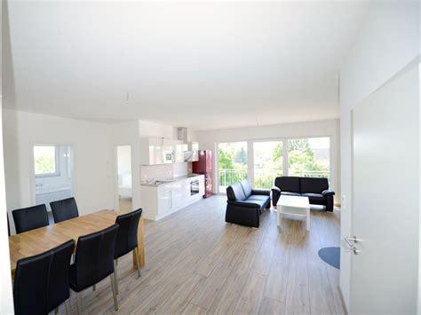 wohnzimmer mit offener küche schlafzimmer gold weiss schwarz