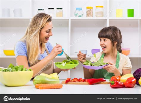 Eat Your Vegetables Inside Motherhood by 母亲和女儿吃蔬菜沙拉 图库照片 169 Inesbazdar 136696706