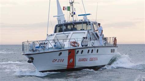 capitaneria di porto porto garibaldi il catamarano sta per affondare tre persone salvate nella