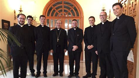 imagenes de sacerdotes orando toco sevilla ha ido mal en ordenaciones sacerdotales