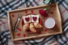 colazione romantica a letto prima colazione romantica a letto fotografia stock libera