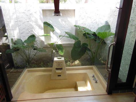 tür einbauen badewannen dekor eingebaut