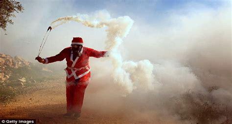 Masker Gas Air Mata santa claus serang pasukan israel dengan gas air mata