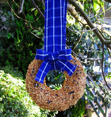 simple and festive bird feeder wreath makes a great gift