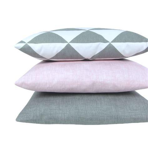 kissen grau rosa kissenh 252 lle dimensions grau wei 223 skandinavisch dreiecke 60