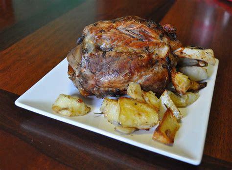 cucinare lo stinco di maiale al forno stinco di maiale al forno con patate il cucchiaio di latta