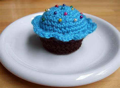 Pinchusion Cup Cake crochet cupcake pincushion yum she s crafty
