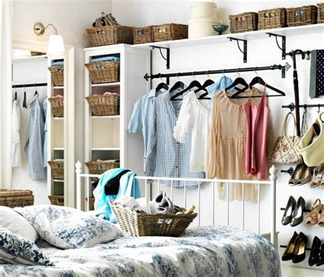 offener kleiderschrank in kleinem zimmer 30 small house hacks that will instantly maximize and