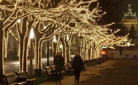 illuminazione natalizia e ombre a berlino la foto giorno corriere