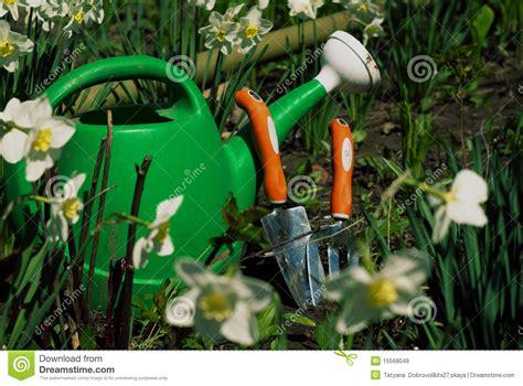 bidon d arrosage vert avec le mat 233 riel de jardinage derri 232 re images libres de droits image