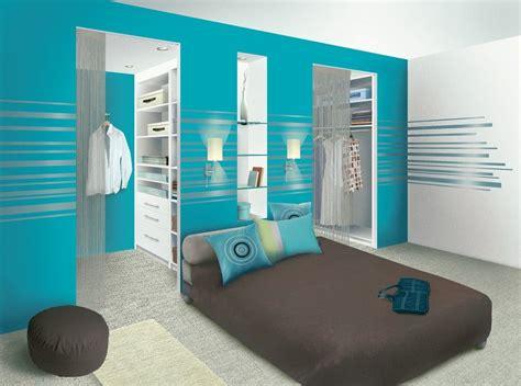 chambre parentale avec dressing et salle de bain chambre parentale une salle de bain au milieu et un mur