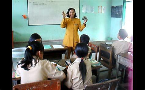 gambar guru sedang mengajar review ebooks