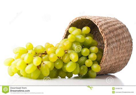 uvas blancas imagenes uvas blancas en una cesta de mimbre im 225 genes de archivo