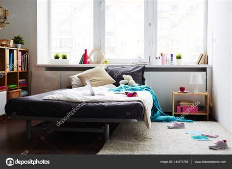 da letto moderna ragazza da letto moderna ragazza disordinato foto stock