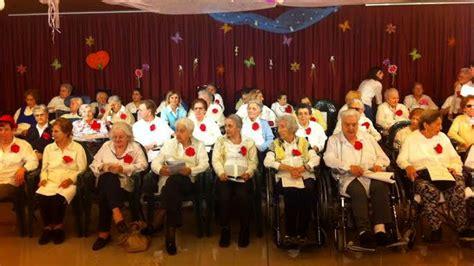 casa di riposo mandria coro di 90enni della casa di riposo a canta per la