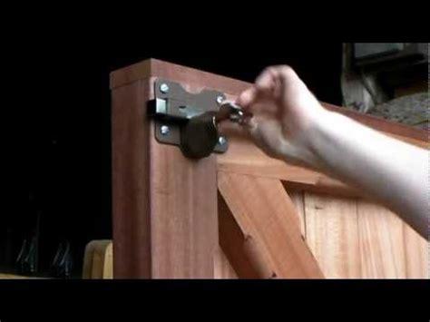 Het Monteren Van Een Poort Doovi Garage Door Lock Installation