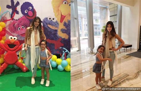 Baju Mikha Top nia ramadhani dibully pakaikan putrinya crop top sambil pamer perut kabar berita artikel