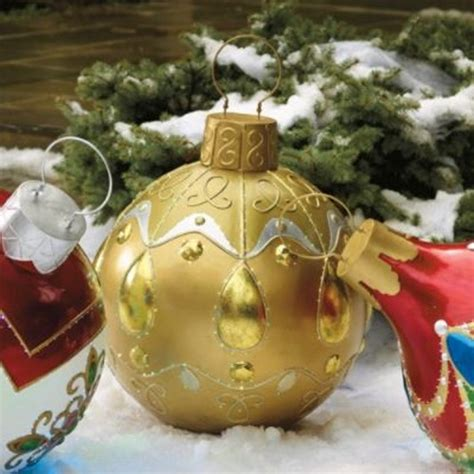weihnachtskugeln mit licht weihnachtsdeko im garten 30 ideen mit weihnachtskugeln