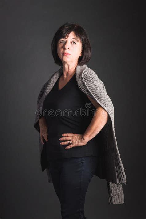 mujer madura se calienta con un tetraplejico en su cama mujer de pelo oscuro potente madura que se coloca con las