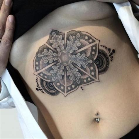 tatouage ventre dotwork mandala par nissaco