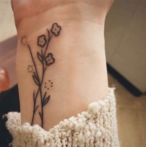 tatuaggi fiori polso fiori 44 ispirazioni per tatuaggi sbocciano