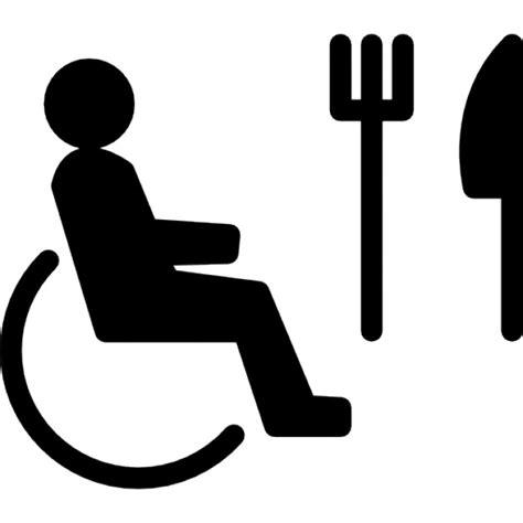 sulla sedia persona sulla sedia a rotelle con forchetta e coltello