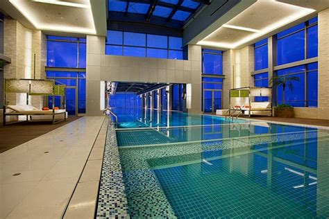 glass bottom pool 24th story glass bottom swimming pool at holiday inn