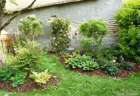 entourage jardin plantation dans un jardin entourage vert c 244 t 233 maison