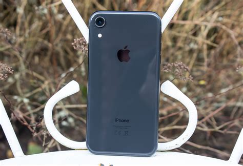 apple iphone xr review   display leads
