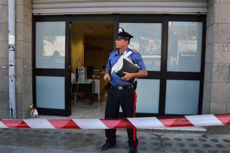 ufficio lavoro bari bari tenta di darsi fuoco nell ufficio di collocamento