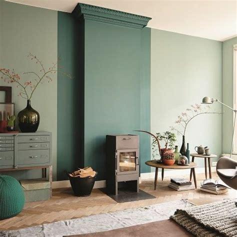 nice chambre gris clair et blanc  #1: salon-murs-couleur-vert-fonc%C3%A9-sol-en-parquet-clair-tapis-beige-idee-deco-salon.jpg