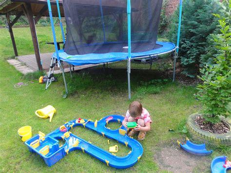 lustige wasserspiele im garten wasserspiele mit kindern im garten schwimmbad und saunen