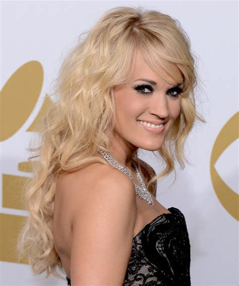 Carrie Underwood Long Wavy Casual Hairstyle with Side