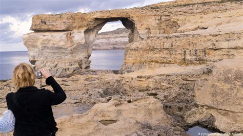 azure window collapses malta s azure window rock formation collapses news dw