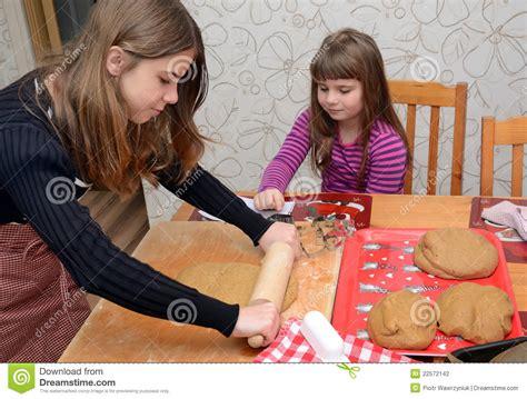 kinder backen kuchen kinder die kuchen backen stockfotografie bild 22572142