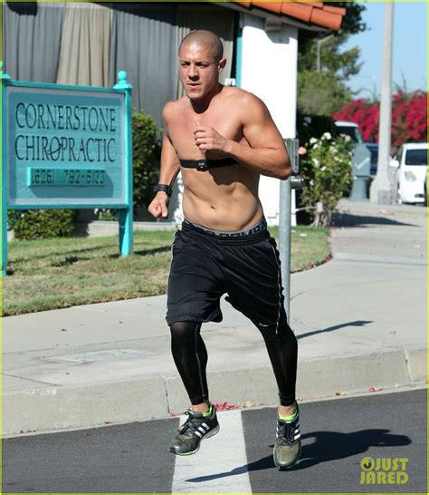 kenny wormald vriendin sons of anarchy s theo rossi goes for a shirtless run
