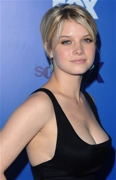 milana vayntrub breast size milana vayntrub bra size celebrities boob siz