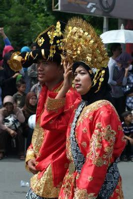 Baju Adat Suku Aceh foto pawai dengan pakaian adat aceh fokus aceh
