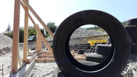 radio de chantier 784 dordogne il construit sa maison avec des pneus et des